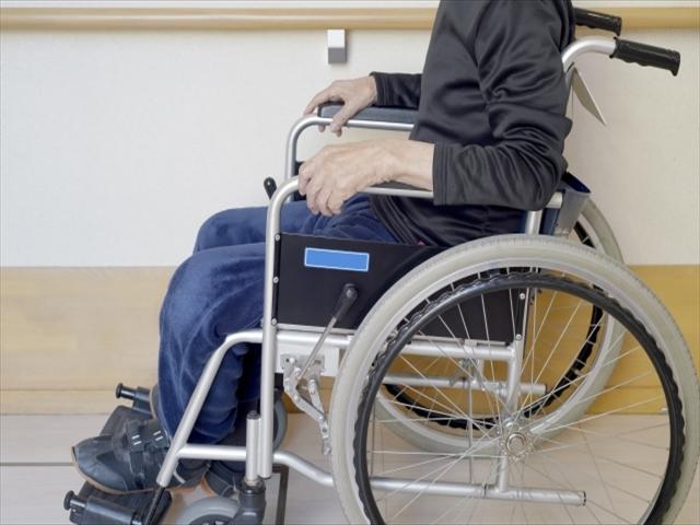 車椅子に乗る男性