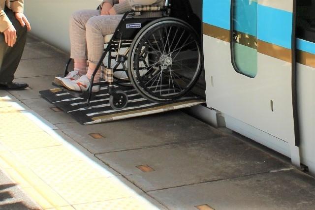 電車からスロープで車椅子