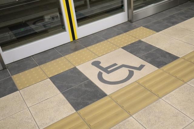 駅のホーム車椅子の乗り場