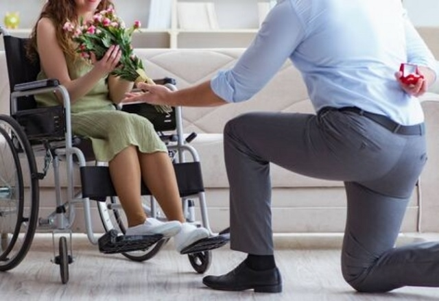 車椅子の女性にプロポーズ
