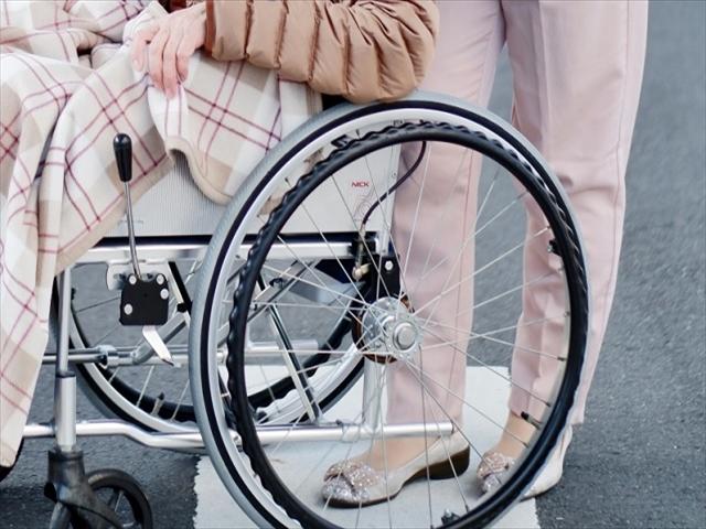 車椅子と介助者